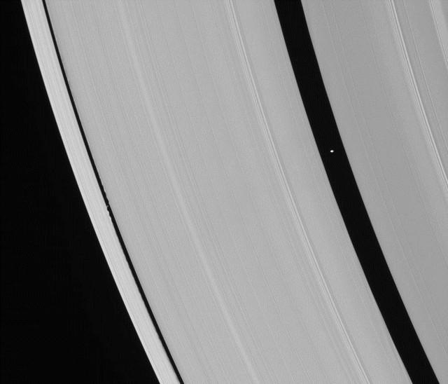 Pan et Daphnis vu par Cassini